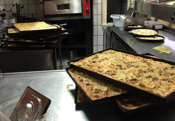 Vorbereitete Familienpizzen bei La Viola in Vilshofen